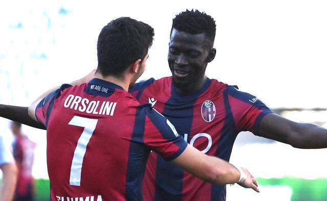 Musa Barrow festeggia con Orsolini il gol al Lecce (ph. Twitter Bologna Fc Official)