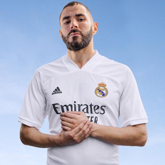 Karim Benzema con la nuova divisa del Real Madrid (Ph. Twitter)