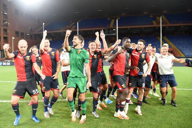 I giocatori del Genoa festeggiano dopo la salvezza (ph. Twitter Genoa Cfc Official)