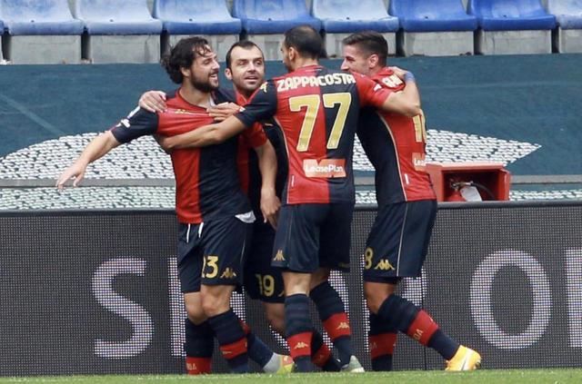 Mattia Destro festeggiato dopo la rete al Crotone (ph. Instagram Genoa Cfc)