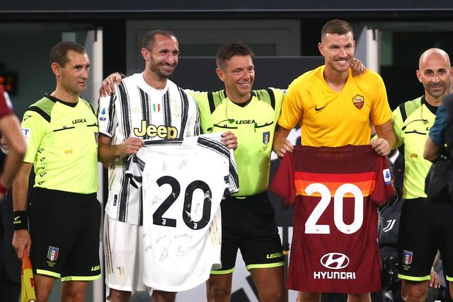 Gianluca Rocchi celebrato in Juventus-Roma (ph. Twitter)