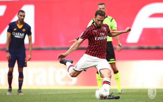 Hakan Calhanoglu (ph. Twitter Ac Milan Official)
