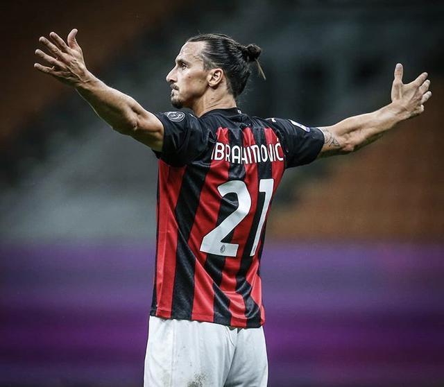 Zlatan Ibrahimovic esulta con la maglia del Milan (Profilo social giocatore)