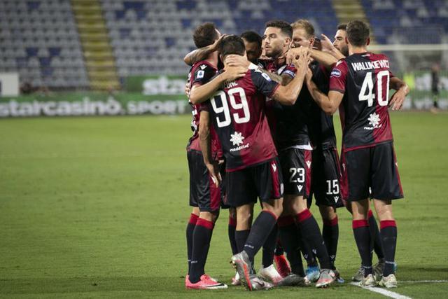 I giocatori del Cagliari festeggiano dopo la rete alla Juve (ph. Twitter Cagliari Calcio Official)