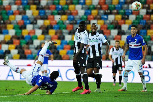 La rovesciata di Bonazzoli nel gol del sorpasso (ph. Twitter U.C. Sampdoria Official)