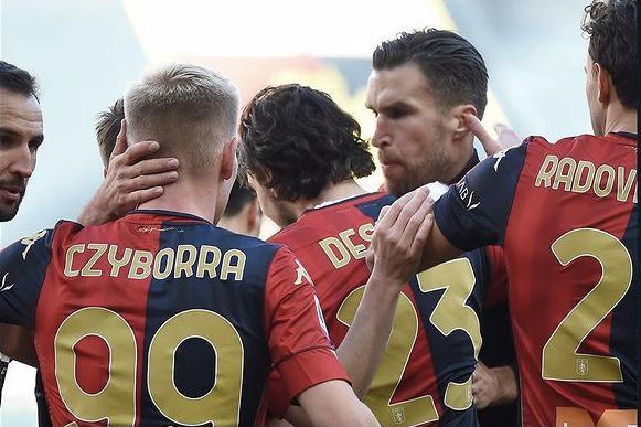 Mattia Destro esulta con i compagni in Genoa-Cagliari 1-0 (Profilo social Genoa CFC)