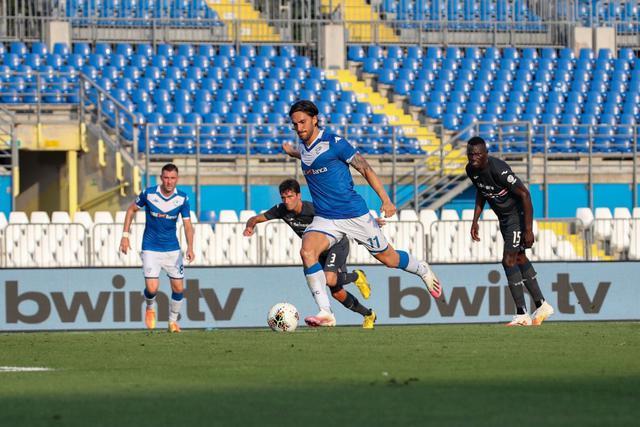 Ernesto Torregrossa nel momento del rigore (ph. Twitter Brescia Calcio Official)