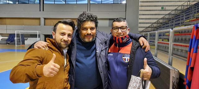 FAIR PLAY A fine gara l'abbraccio tra i presidenti delle due squadre (da sinistra Sanny Rasulo e Franco Grieco del Bernalda, Salvatore Brittannico del Taranto)