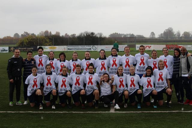 La foto di squadra con la maglia dedicata alla campagna di sensibilizzazione sull'HIV