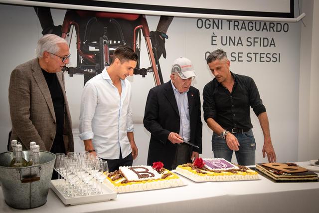© Silvia Casali - Il patron Amadei taglia la torta assieme al presidente Quintavalli, capitan Spanò e l'ad Carretti