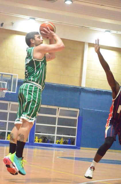 Simone Tonella di Settmo Basket al tiro