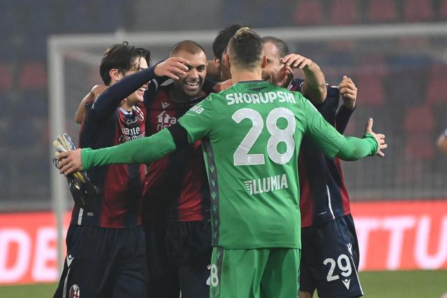 I giocatori del Bologna festeggiano dopo la vittoria sul Crotone (ph. Twitter Bologna Fc)