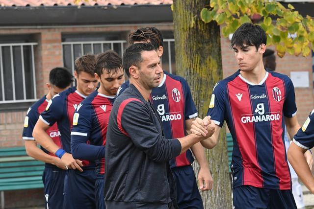 Luciano Zauri e i suoi ragazzi, pronti a ripartire in campionato (Foto: Bologna Fc)