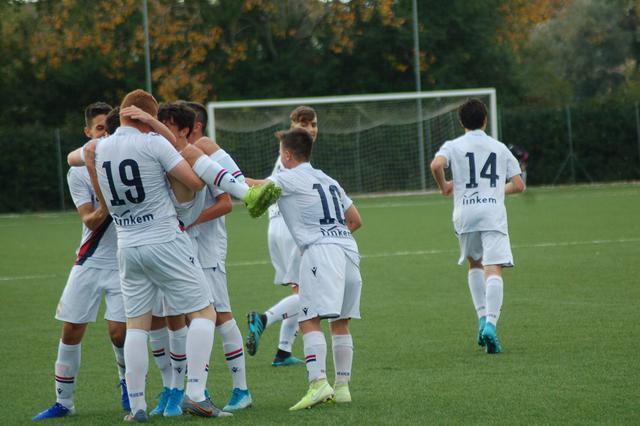 I ragazzi dell'Under 16 festeggiano dopo un gol (Foto: Bologna FC)