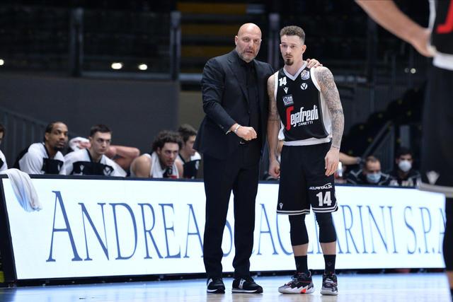 Aleksandar Djordjevic e Josh Adams (Foto Virtus Segafredo Bologna)