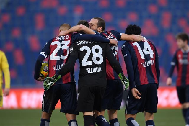 I giocatori del Bologna esultano dopo la vittoria (ph. bolognafc.it)
