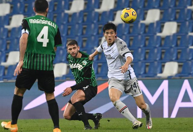 Takehiro Tomiyasu in azione contro il Sassuolo (ph.bolognafc.it)