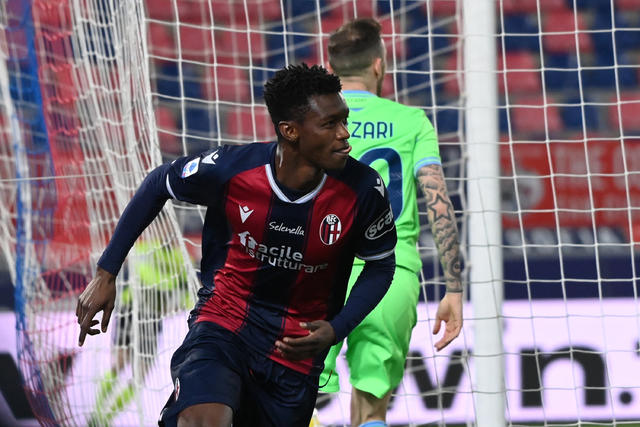 Ibrahima Mbaye esulta dopo la rete alla Lazio (ph. Official Twitter Bologna Fc)