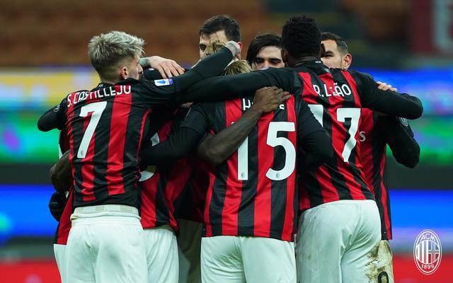 L'abbraccio dei giocatori del Milan (Social)
