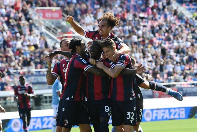 Musa Barrow festeggiato dai compagni dopo il gol alla Lazio (ph. bolognafc.it)