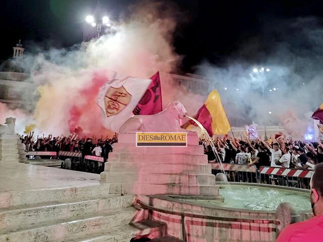 Festa dei tifosi giallorossi a Piazza del Popolo